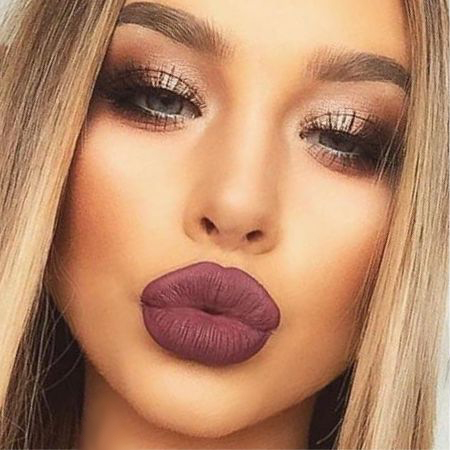 The right makeup emphasizes chic lips!