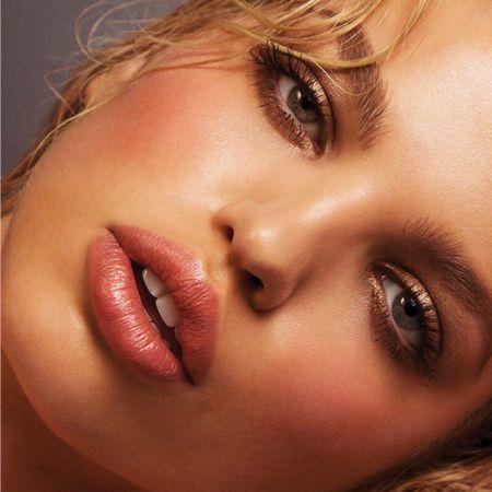 Соблазнительно припухшие губы можно сделать дома.