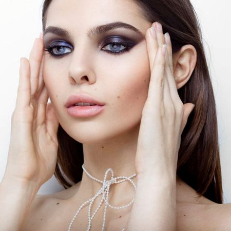 Makeup that emphasizes the beauty of the blue eyes