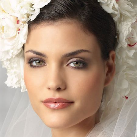 How to make a charming wedding eye makeup?